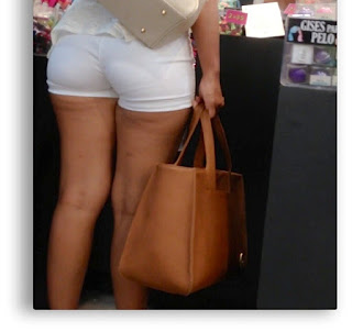Chica sexy cuerpo micro shorts apretados