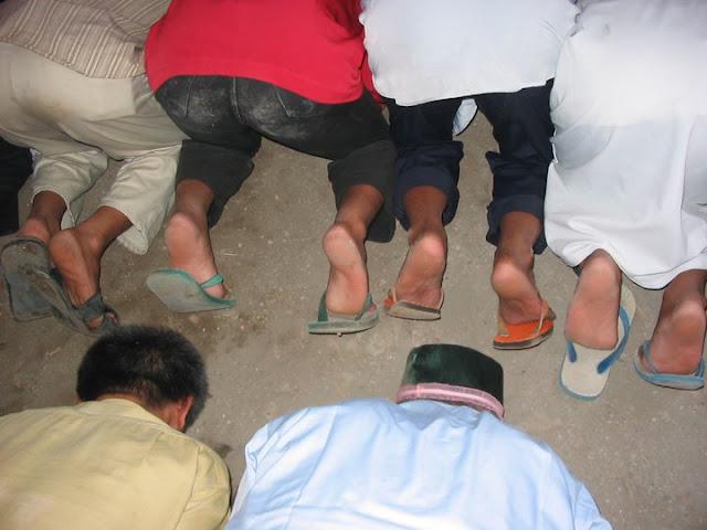 Shalat Pakai Sandal atau Sepatu