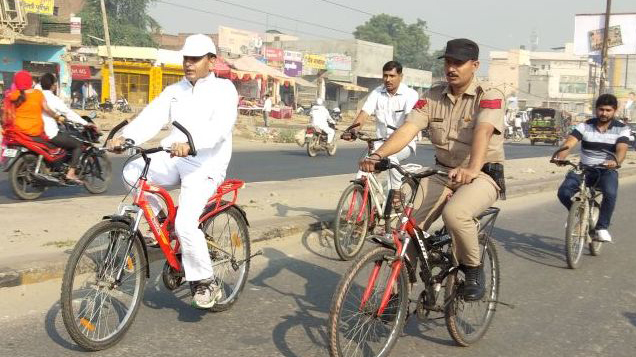maniram-sharma-deputy-commissioner-palwal-visit-market-with-cycle