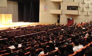 山形県内の看護学生対象の三遊亭楽春の講演会の様子です。