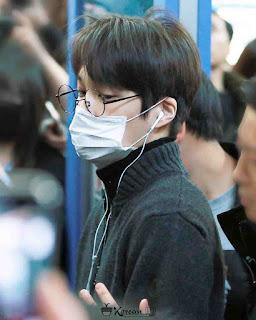 Foto Kai EXO memakai kacamata