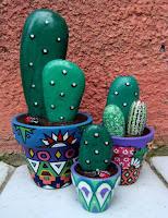 Macetas con cactus hechos con piedras pintadas