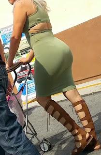 Hermosa milf vestido entallado calle