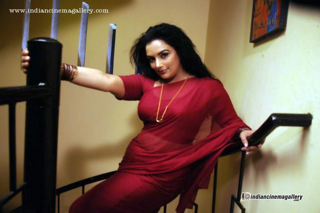 Swetha Menon Latest Hot Navel Show Photos In Thunai Mudhalvar