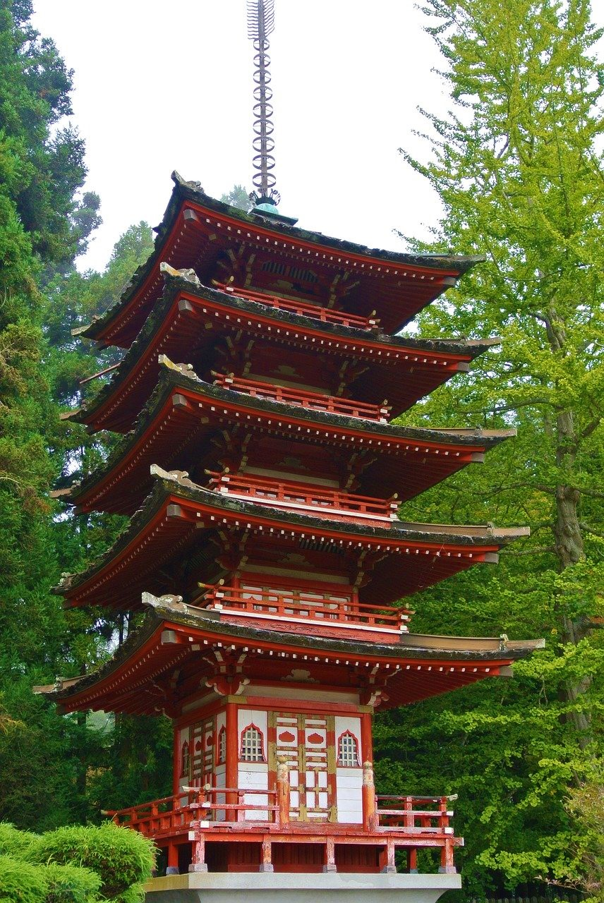 predio japones de 5 andares no meio de um parque natural