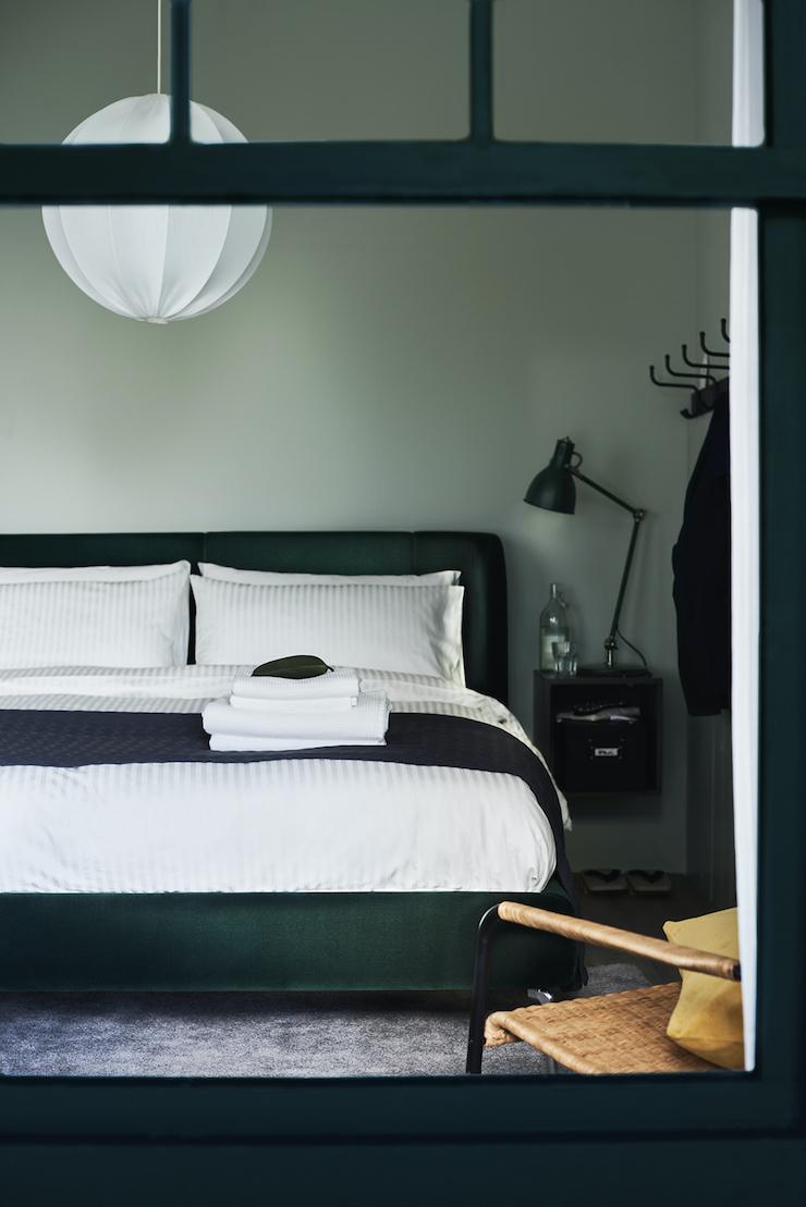 Nuevo catálogo IKEA 2021 dormitorios: dormitorio con cama de terciopelo verde.