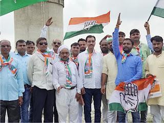 अधुरे सेतु निर्माण कार्य को पूर्ण कराने की मांग को लेकर कांग्रेसजनों ने किया धरना-प्रदर्शन | #NayaSaberaNetwork