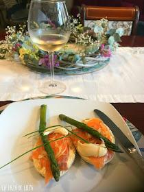 aperitivo-de-pan-con-salmón-ahumado-y-salsa-de-mostaza