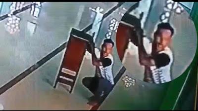 Nekat! Aksi Pria Congkel Kotak Amal Mesjid di Bone Terekam CCTV
