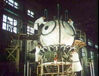 Tecnici che lavorano a una capsula Vostok.