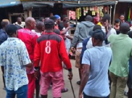 Mob Nearly Burn Soldier Alive In Lagos after he allegedly stabbed a man(Videos)
