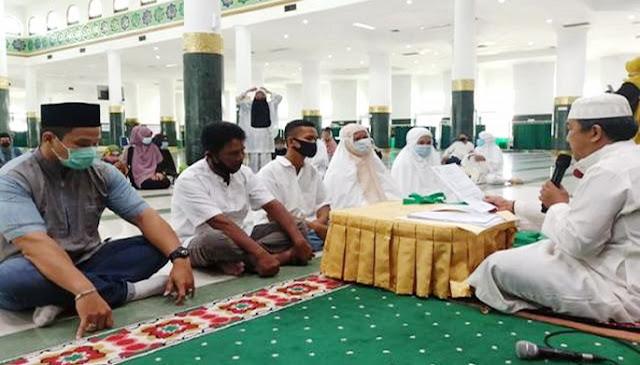 Mantap Masuk Islam, Satu Keluarga Menangis Usai Bersyahadat