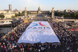 mobilisation des parisiens sur le pont Alexandre III pour cloturer Paris en mode JO