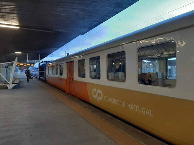 comboio histórico parado na plataforma