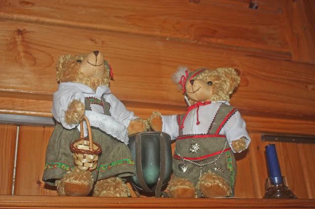 Trachten-Teddies bei der Hütten-Hochzeit in der Riessersee-Hütte - heiraten in den bayerischen Bergen im Riessersee Hotel Garmisch-Partenkirchen