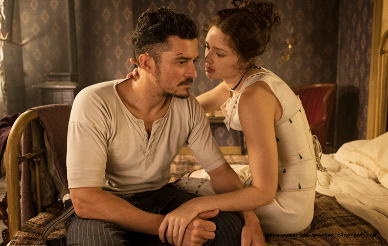 A série mostra um homem e uma mulher sentados em uma cama. O homem veste uma camisa branca de algodão, e a mulher está vestida somente com roupas debaixo, porém antigas, como calçao e espartilho