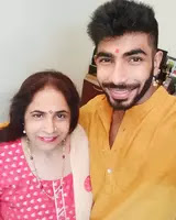 jasprit bumrah with her mother