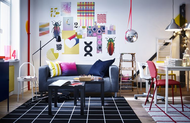 novedad catálogo ikea 2020 salón sofá gris, cojin degradado piso compartido decoración