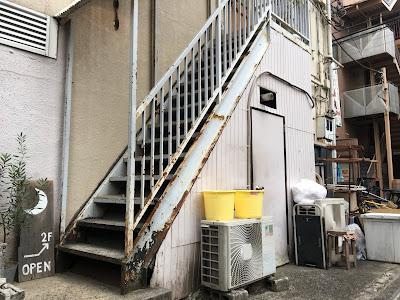 ムーンファクトリーに入るための階段