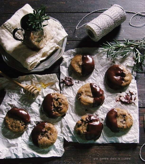 rosemary, Hiddles & honey dark chocolate-dipped cookies | une gamine dans la cuisine