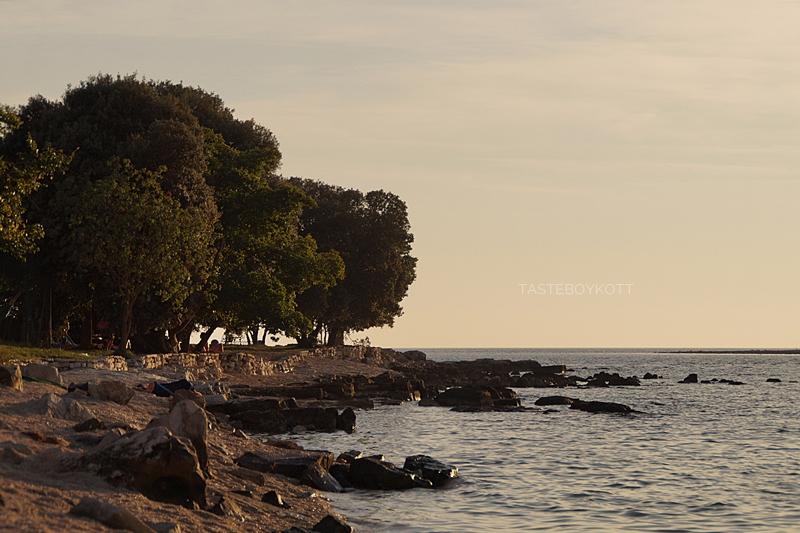 Sonniger Sommernachmittag am Strand in Kroatien