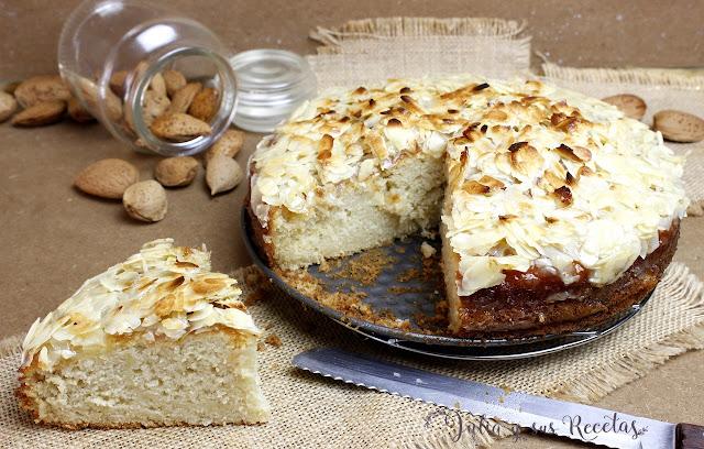 Bizcocho de nata y manzana con cobertura de almendra. Julia y sus recetas