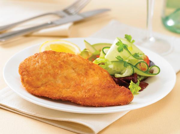 Σνίτσελ κοτόπουλο στο φούρνο ή στο τηγάνι με πατάτες με κρέμα και τυριά