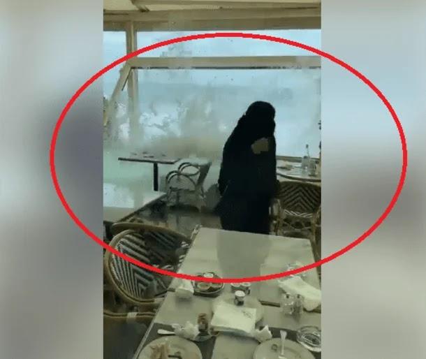 """ضرب تسونامي السعودية  """"شاهد بالفديو"""" كيف غمرت الأمواج كورنيش جدة وأغرقت الزبائن"""