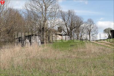 Крестьянские постройки среди уцелевших домов усадьбы Леона Войно