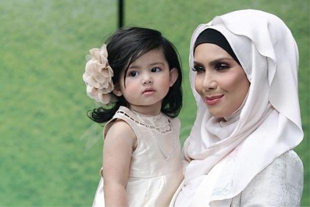 Rozita Che Wan bersama anaknya Aaisyah Dhia Rana.