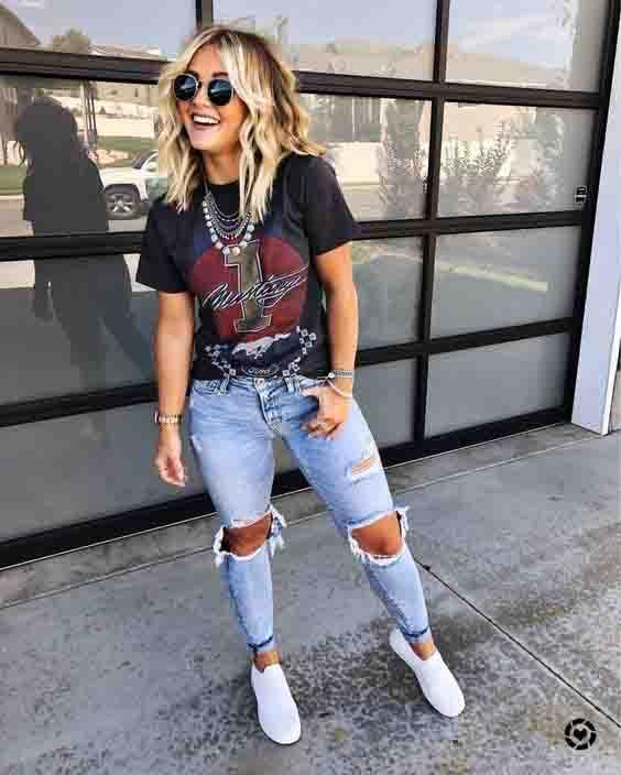 Calça jeans destroyed, tshirt preta e tênis branco
