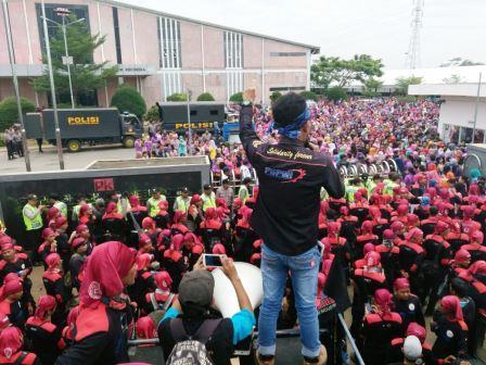 Anggotanya Dipukuli, Ribuan Buruh FSPMI se-Jabar Geruduk PT Pungkook