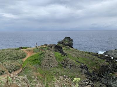 御神埼灯台の奥へ続く小径