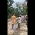 CLIP: Phẫn nộ thầy tu tát mạnh liên tiếp vào cụ già đang đi nhận đồ cứu trợ lũ lụt ở Huế