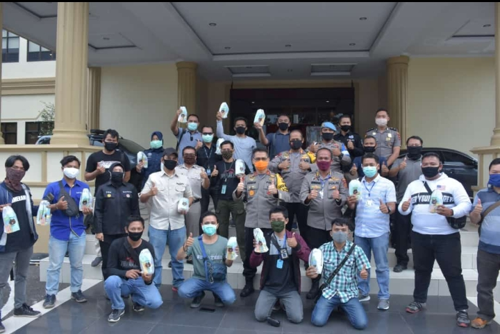 Kapolda Jambi Berikan Masker, Vitamin Dan Hand Sanitizer Kepada Awak Media