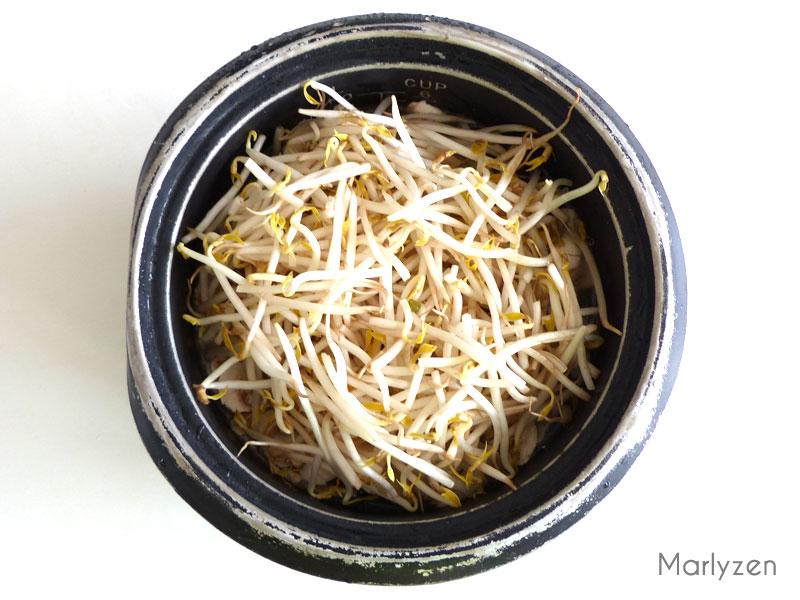 Déposez le bœuf cuit, les champignons et les pousses de soja sur le riz.