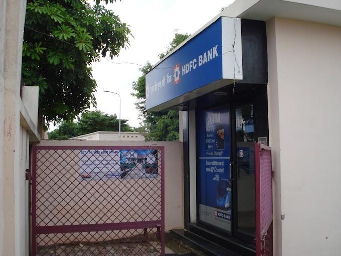 ATM मशीन में पैसे डालने गया कर्मचारी फरार।