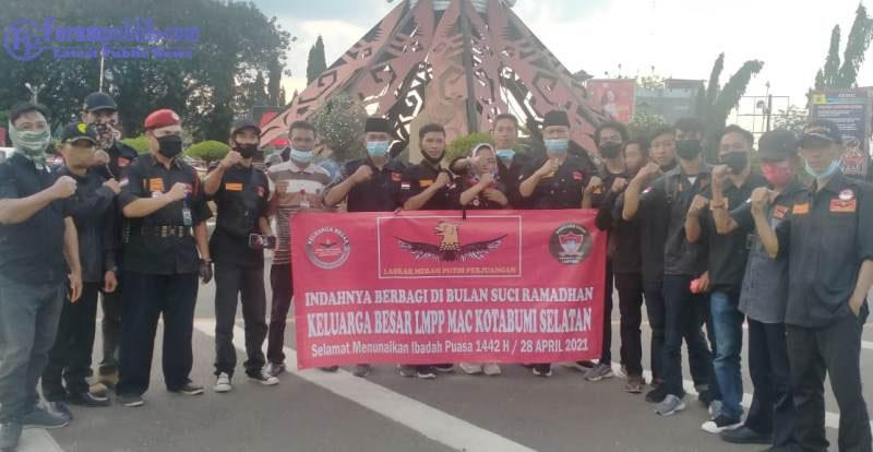 LMPP Lampura Berbagi Takjil pada Sesama di Bulan Ramadhan