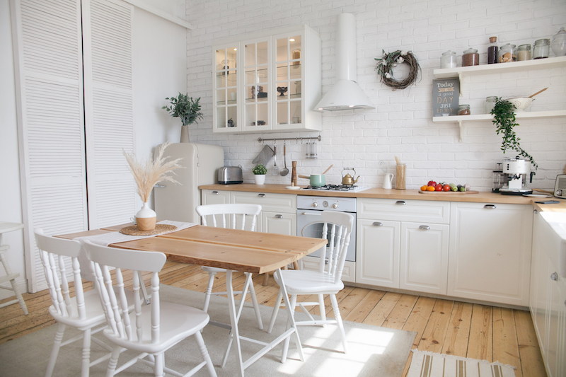 Cocina rústica blanca con puertas tipo panel corredero