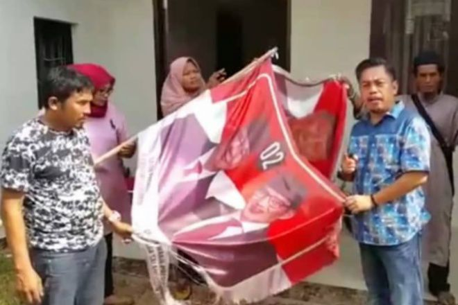 Kecewa Prabowo Ketemu Jokowi, Pendukung di Makassar Bakar Spanduk Prabowo-Sandi