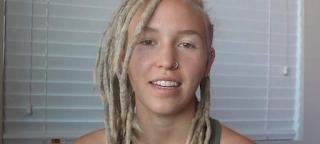 Λύνει τα ράστα μαλλιά της μετά από τρία χρόνια και γίνεται viral! BINTEO