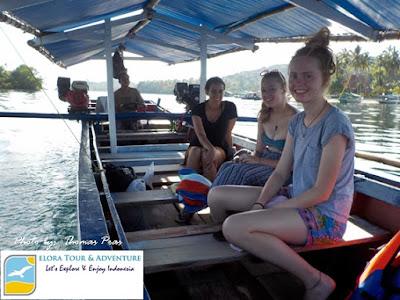 bule cakep naik perahu menuju pulau balak