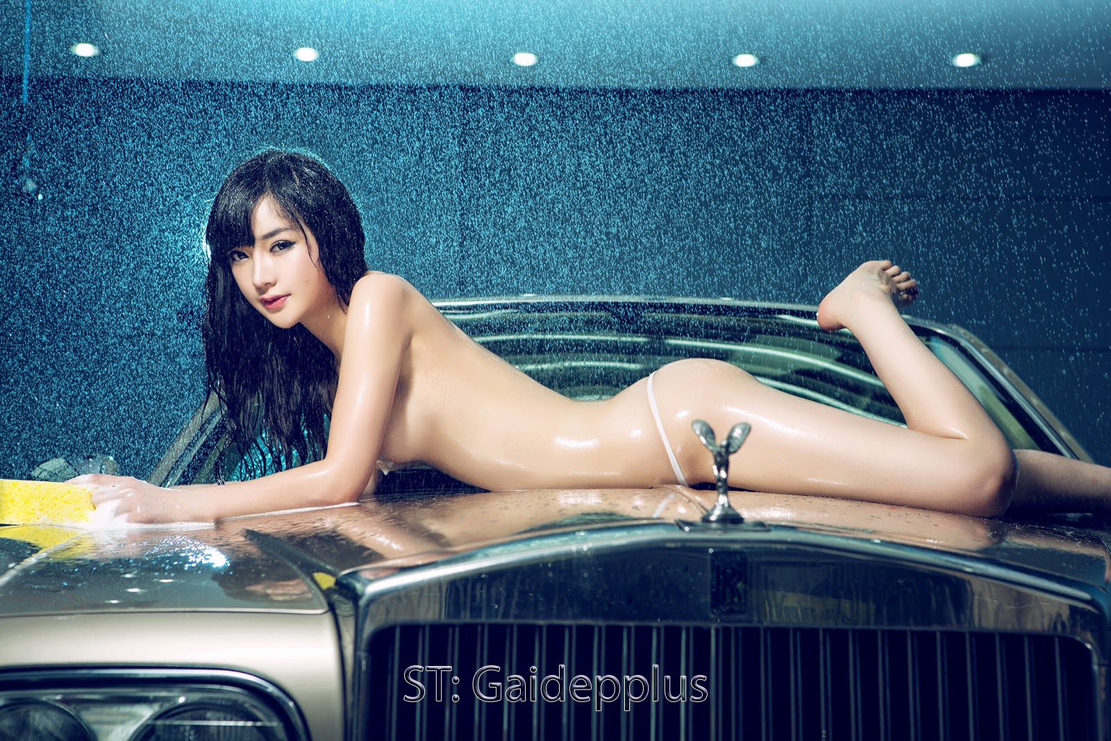 girls-rolls-royce-nude-models-girl