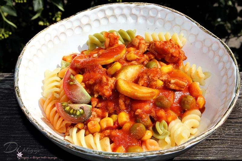 Makaron z mięsem mielonym, cukinią, groszkiem, kukurydzą i sosem pomidorowym