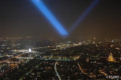 Tour Eiffelin valonheittimien säteet pyyhkivät yötaivasta