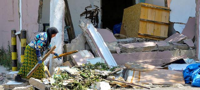Una mujer busca algo que le pueda servir en los escombros de su casa destruida por la explosión en Beirut.© UNOCHA