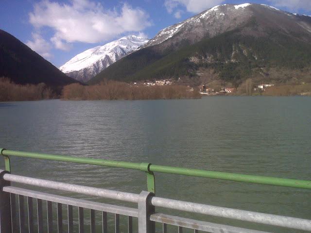 Il lago dal ponte a gennaio con Marsicano