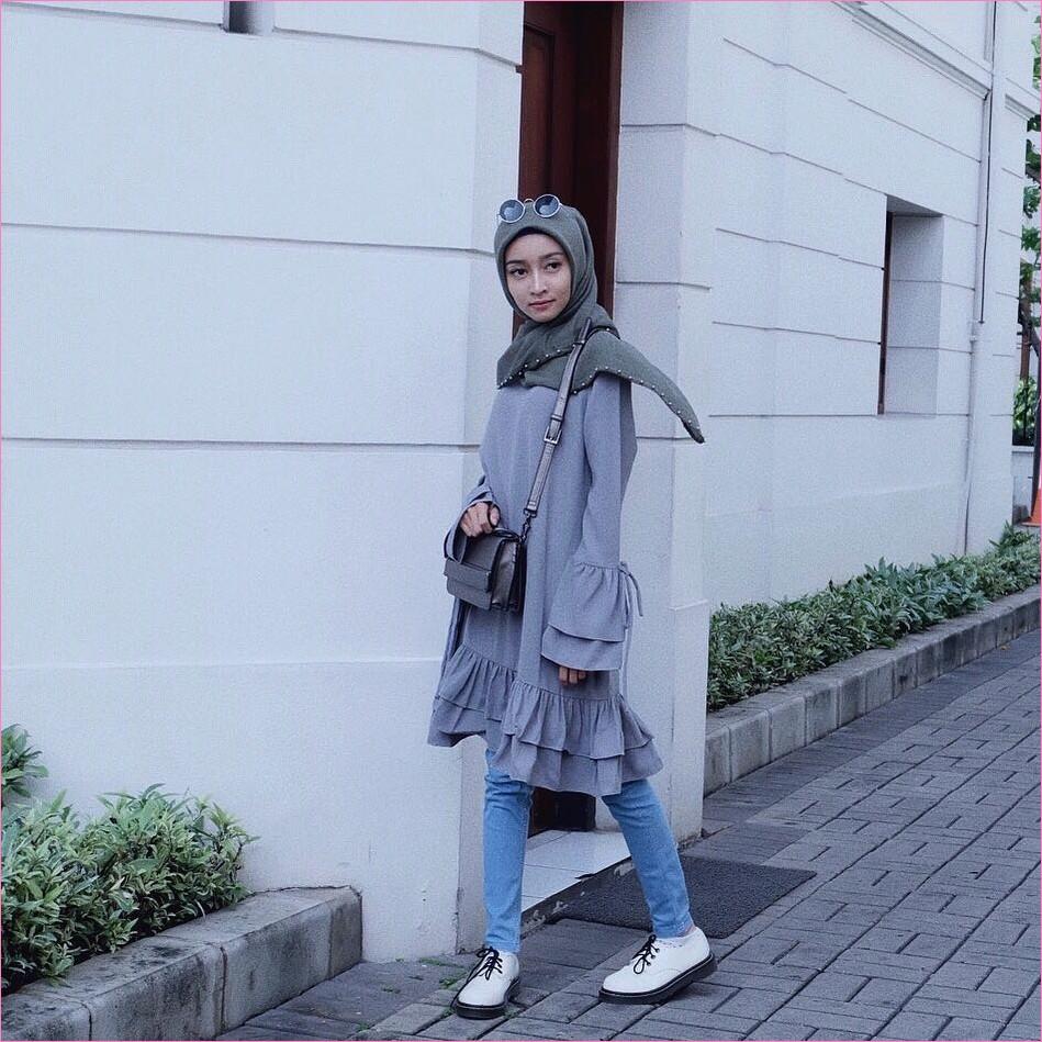 Outfit Celana Jeans Untuk Hijabers Ala Selebgram 2018 blouse tunic abu sedang kacamata bulat slingbags hitam kerudung segiempat hijab square pearl abu tua pants jeans denim kets sneakers putih ootd trendy