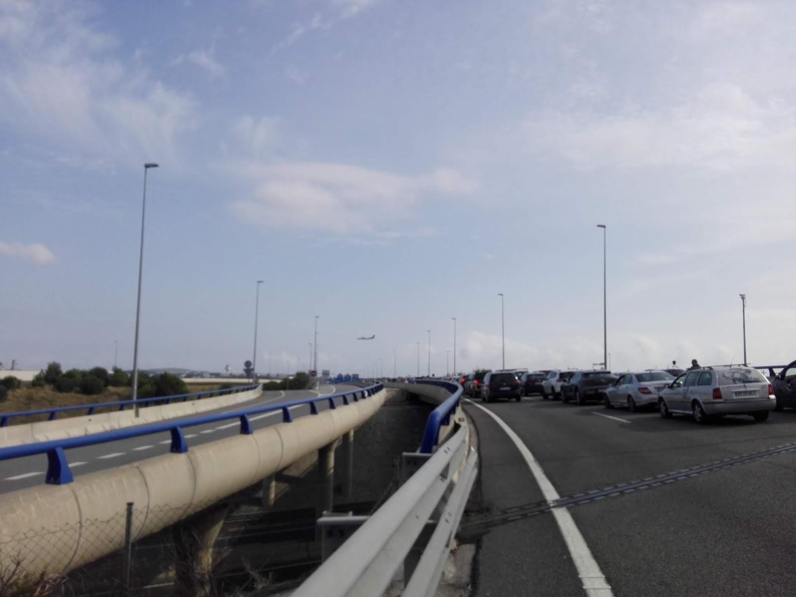 """Sastrēgums uz pievedceļa Barselonas """"El Prat"""" lidostai"""