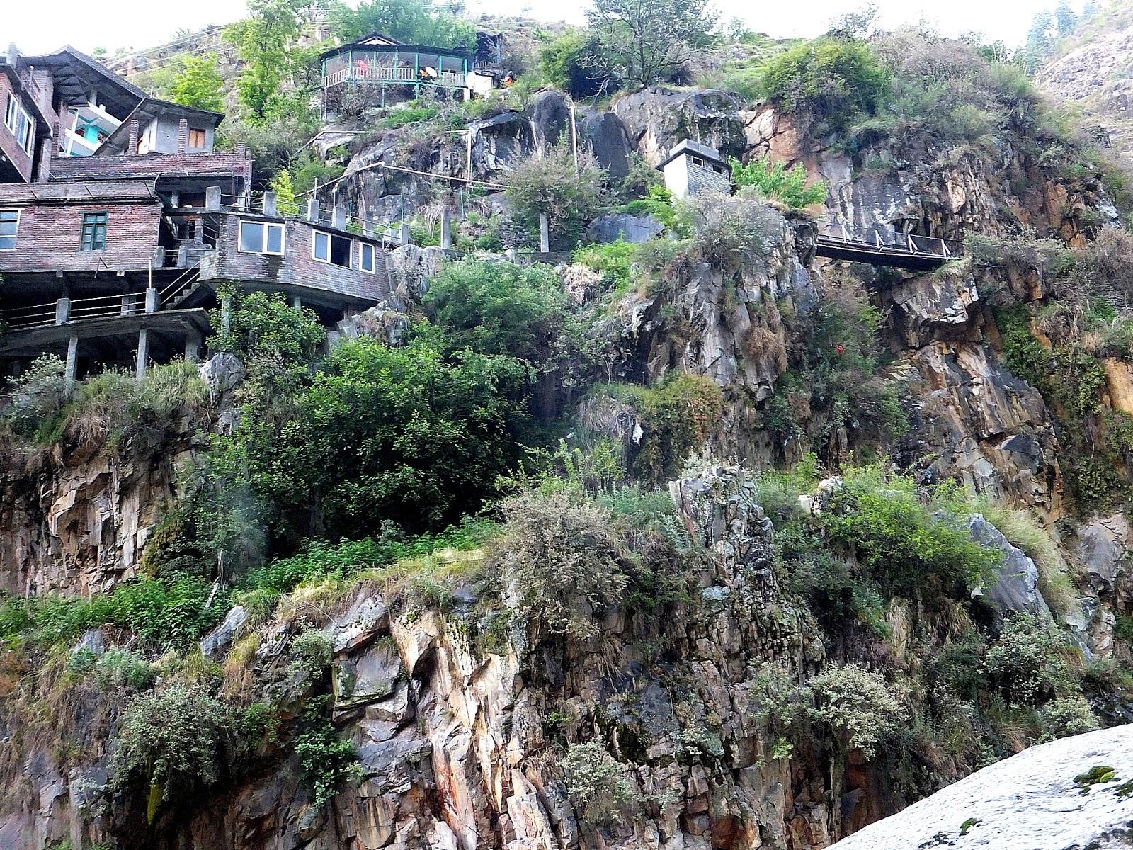 жилые дома на отвесном склоне в Маникаране